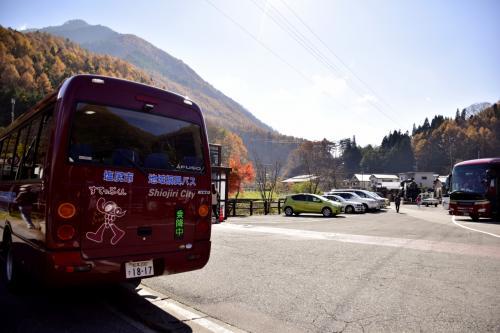 塩尻駅から路線バスに乗って、今回やって来ましたのはすっかり眩しい紅葉色に染まった中山道の宿場町<br />(ちなみに・・・何処から乗車しても運賃は100円でありますのでとってもお得!)