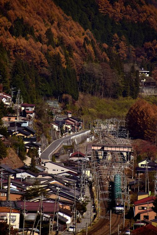 紅葉色に染まる宿場町の風景と一緒に、EF64(ロクヨン)重連貨物を一枚パチリ☆