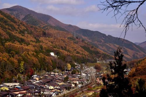はい、紅葉真っ盛りな奈良井宿を眼下に一望出来るこんな場所にスタンバってみました~<br />おお~、宿場町全体を綺麗に包み込む紅葉色がとっても見事な錦秋の風景に作り上げていましたね、これは素晴らしい!\(^o^)/