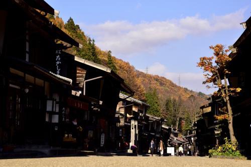 奈良井駅を出ると、目の前に広がる秋色に染まった奈良井宿ののどかな宿場町の風景を早速見つけることが出来ましたね^^