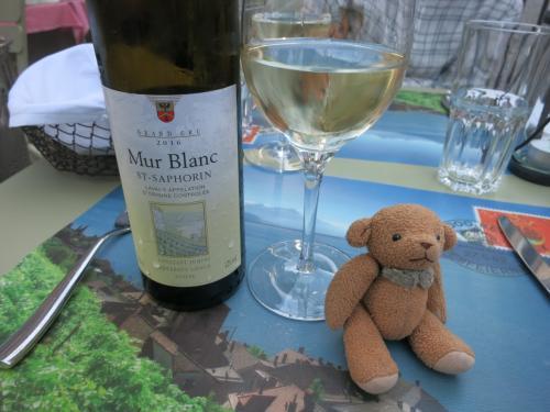 レマン湖のほとりの小さな村サン=サフォランのブラッセリーでワインを飲みながらディナー。
