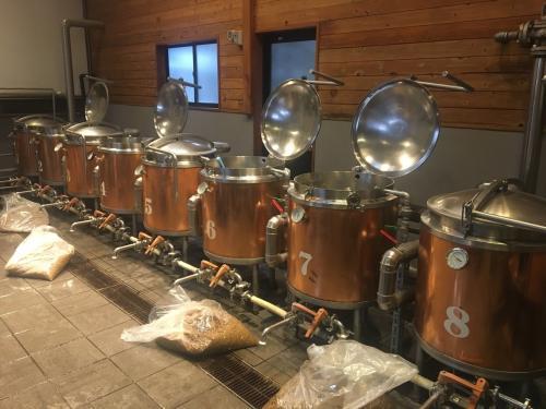 午後の部13時に到着すると、ちょうど午前の部の人たちの作業が進行中でした。<br /><br />今回の手作りビール体験は、事前に木内酒造さんのウェブサイトから予約をしておきました。