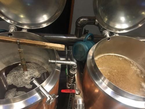 1番麦汁と2番麦汁を煮沸釜に移動。地道な作業です。<br />美味しくなぁれ!と念じながら作業に没頭。
