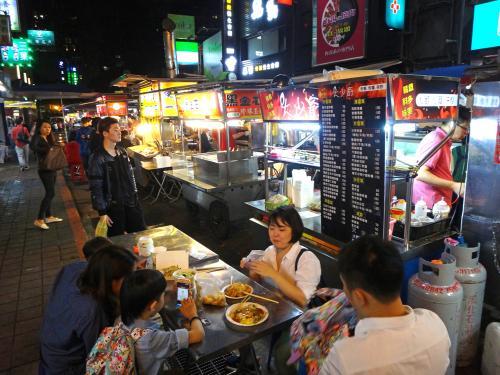 寧夏夜市から徒歩25分、やって来たのはお初の雙城街夜市。寧夏よりだいぶ小規模で食べ物オンリーなローカル向け夜市。<br />http://www.taipeinavi.com/food/1000/