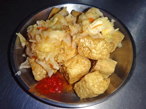 食べてる時、横を通りかかった日本人に<br />「うわ~、臭豆腐。絶対ムリー」<br />とささやかれてしまいました。。