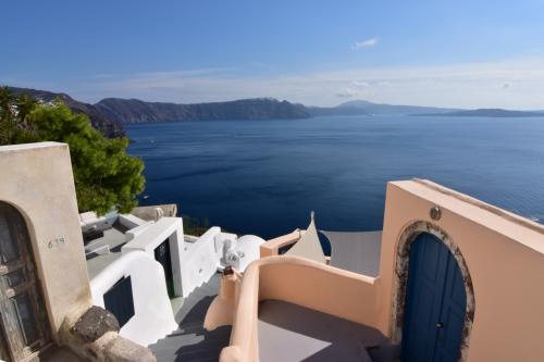 ☆Greece-Santorini-Oia★<br /><br />「イア」<br />テラスからは地中海とフィラ方面が!<br />カルデラビューの部屋やったけど、上階の部屋はテラスから世界一の夕陽スポットを眺めることができる。