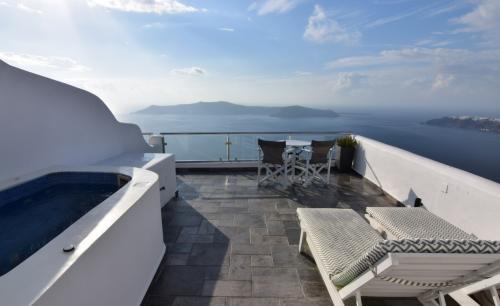 ☆Greece-Santorini-Imerovigli★<br /><br />「イメロヴィグリ」<br />イメロヴィグリに戻って、一昨日と同じ宿「Villa lukas」に宿泊。<br />「一昨日も泊まってくれたからアップグレードしたよ」とテラスにジャグジー付きのかなりいい部屋にアップグレード。飛行機に比べてホテルのアップグレードはあんまし気にしてはないんやけど、度々アップグレードしてもらえることがある。この後、ドゥブロヴニクでもアップグレードされるんやけど、共通してるのは、いずれも連泊の時じゃなくて、今回のように数日のうちに同じホテルに戻ってきて宿泊する際。何故かこのパターン、かなりの確率でアップグレードされてる。