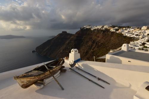 ☆Greece-Santorini-Firostefani★<br /><br />「フィロステファニ」<br />建物の屋根に船。