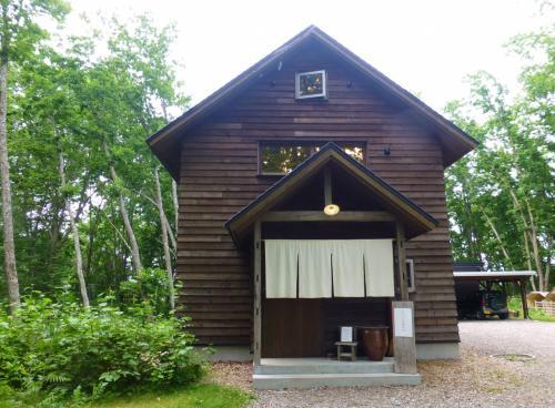 森の中にたたずむ一軒家がそのお店。<br />とてもかわいい外観♪<br /><br />営業はお昼のみで、予約制です。