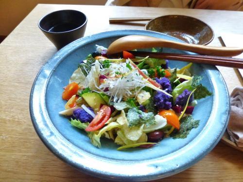 ★かっこうサラダ<br /><br />旬の野菜がたっぷり使われたサラダ。色のパレットみたいで綺麗~♪<br />お店のスペシャリテのひとつのようです。<br /><br />このサラダ、めちゃウマ~! とにかく野菜がおいしい!! 主張しすぎないドレッシングが野菜の甘みを引き出しています。<br />野菜だけでなく、ポテトチップス、海苔、お漬物も入っていて、食感も楽しい。