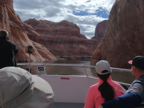 1時間半くらい走ると船は幅の狭い峡谷に入っていきます。<br />船の操縦は、年配の女性でしたが、<br />それはそれは上手に操縦し、すいすいと狭いところを進んでいきます。<br />大きな岩が間近にせまって、本当に素晴らしい景色です、<br />