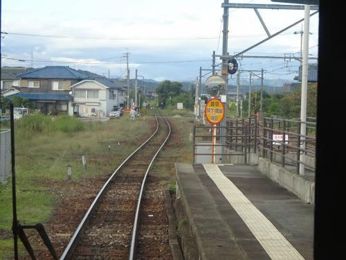 この駅を通る3つの路線は昼間はすべて1時間間隔で、しかもお互いに接続を取っている。<br />自分が乗ってきた神戸電鉄の電車に引き続き、加古川線の両方向の電車がやってきて、それらと接続を取るようにして出発。<br />