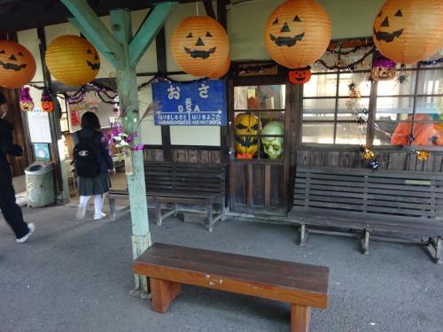 と思ったら、ここは駅構内がハロウィン一色。