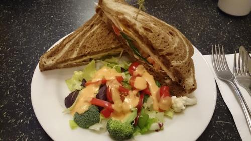 お昼まで、ゆっくりとお部屋で休みます。<br />2日目のお昼(といってもブランチ)はサンドイッチ