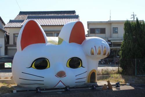 スタートは名鉄線常滑駅。<br />駅前から常滑市陶磁器会館までの道が、とこなめ招き猫通りとして多くの猫に会える。<br />その道路沿いにひときわ大きいのが、とこなめ見守り猫とこにゃん。