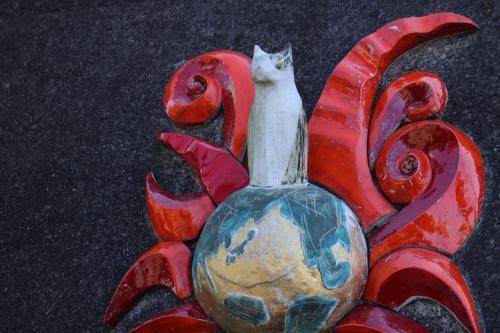 とこなめ招き猫通りから。<br />御利益陶製招き猫として39体設置されているうちの1体。