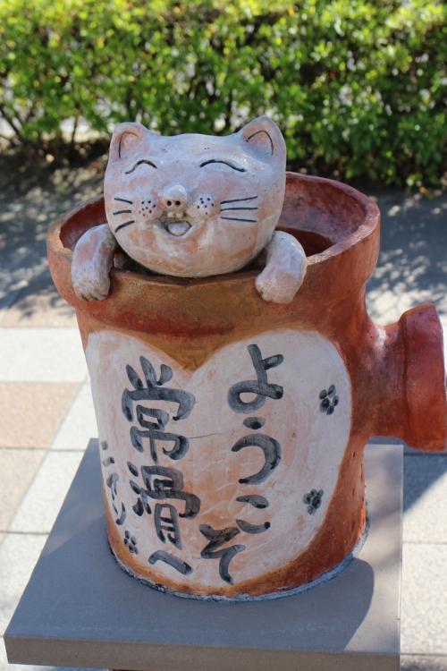 こちらは駅前で。<br />常滑は六古窯の一つとして知られる場所。<br />招き猫は生産数日本一とか・・・