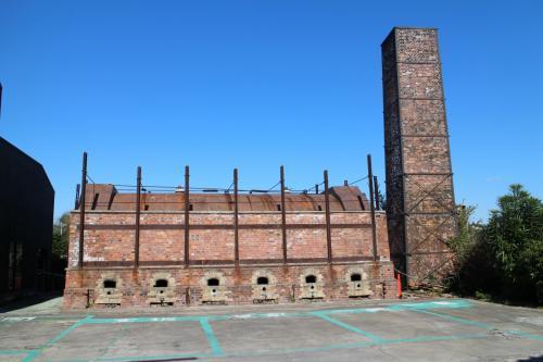 レンガ煙突が残る風景。
