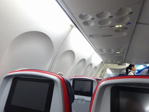 少し前に、この便の機体を新しいものにする(リフォームかな?)というニュースを見ていたので知っていましたが、とってもきれいでした!
