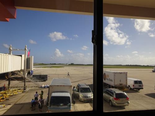 3時間半ほどして、サイパン空港に到着しました☆