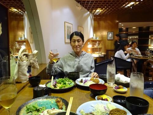 突然ですが、ホテルにある日本料理やMiyakoです。<br />美味しいと会社の人から聞いたので来てみました。<br /><br />確かに、お味噌汁の出汁の味とか、海外品質じゃないです!<br />背後にいるのが、多分韓国人観光客なのですが、食べ方が尋常じゃなく汚らしくて、それが不快でした。<br />足元に食べカスとか落としまくり、かつ拾わない。文化の違いなのかもしれませんが…<br />居合わせる他の人の事も考えてほしいですね。
