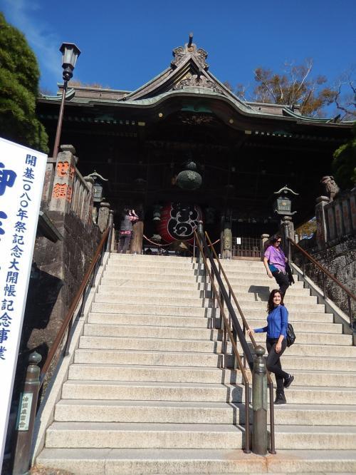 ちょっと急な階段ですが<br />エレベーターもあるので<br />誰にでも優しいお寺ですね