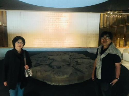 テンプロマヨールの遺構から1978年に発見されたコアルシャウキの石板。地直径3.25mで、重さが8.5トンもある巨大石板です。<br /><br />この女神は手足がばらばらになっていますが、そこにはアステカの伝承が秘められています。<br /><br />因みに、このコアルシャウキをばらばらにしたのは、戦争の神であるウィチロポチトリといわれています。解説ではこのあたりを掘り下げてご説明さしあげております。<br />