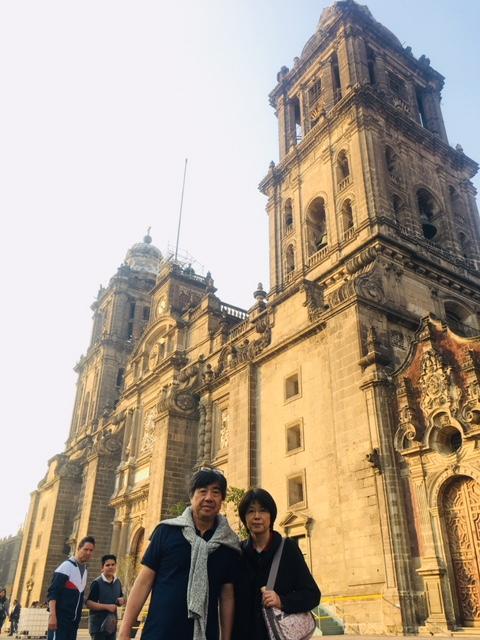 メトロポリタン大聖堂。1573年から100年以上の年月をかけて建てられたメソアメリカでは最大の教会です。<br /><br />実際完成をみたのは1800年代に入ってからとも言われているため、時代をまたがって、バロック、ルネッサンス、新古典のミックス様式にもなっています。