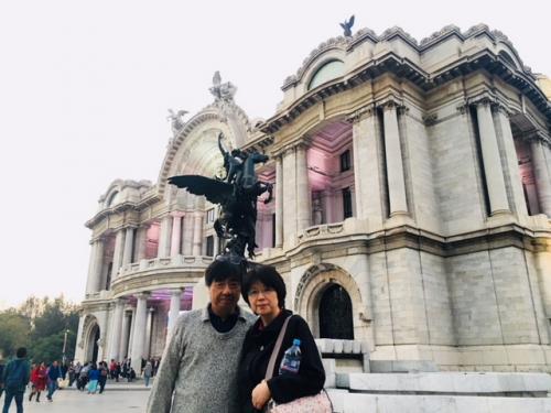 ビジャスアルテス宮殿<br /><br />イタリア人建築家のアダモ・ポアレ設計。ポルフィリオ・ディアス大統領の命で1907年に建築開始しましたが、その後メキシコ革命が勃発し、ディアスは亡命してしまうので、完成は1934年に完成をしています。<br /><br />この為、内装はアールデコになっています。<br /><br />白大理石をふんだんに使用した為、毎年地盤沈下を続けているのは有名な話ですね。