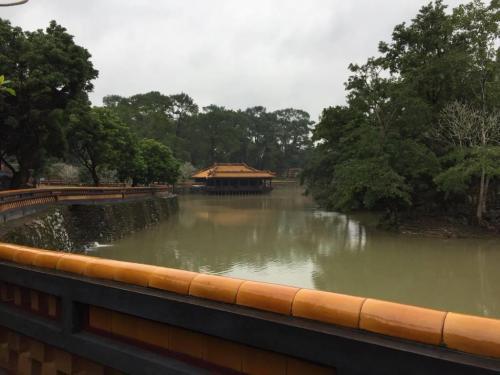 歴代皇帝の中で在位期間35年と一番長かったトゥドゥック帝が1864年から3年をかけて建てられた巨大な施設で、墓以外にも住居や寺院や池などがあり、この池では皇帝が釣りを楽しんだという記録が残っています
