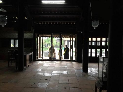 皇帝の遺品などが残されている寺院から外を見ると、およそ他の東南アジア圏とは違うベトナムの小中華的な雰囲気が、しっとりと映し出されているかのようです。