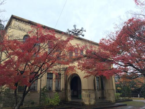 レトロな建物と紅葉の組み合わせがなかなかの雰囲気でした。