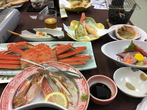 今年のお宿は以前も利用した「琴海」<br />http://oyado-ginkai.com/<br />(以前書いたのでお宿の詳細は省略)<br /><br />椅子の方が母の足が楽だろうと(それと割引もあったので)大広間での夕食にしたけど、団体さんが宴会をしていたので、仕切りの向こうで昭和なカラオケが始まり落ち着かない雰囲気に。<br /><br />年とともに食べられる量も減ってきて、カニ3杯のプランは多すぎるねってことで、来年からはお宿も含めお料理のプランも要検討。<br />(お昼にトンカツ食べたせいもあるけど)
