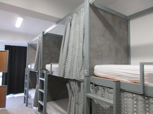 1時間ほどでシンタグマ広場に到着。<br />そこからエルムー通りを通って徒歩10分でBed Box Hostelに到着。<br />事前にBooking.comでこの日の1泊とサントリーニから戻ってからの3泊を予約していた。<br /><br />部屋はこんな感じの女子12人部屋。<br />この日は二段ベッドの上段だった。<br />各ベッドにカーテン、読書灯、コンセントあり。<br />男女でフロアが分かれていてシャワーは部屋の外に3つぐらいあったかな。<br />洗面所にペーパータオルがあったのが便利だった。<br /><br />バスタオルは有料(2ユーロ)(借りなかった)