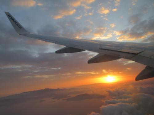 定刻でアテネ出発。<br /><br />窓から日の出が見えた。<br />この区間だけ窓際で座席指定(有料)しておいて正解。<br /><br />実際に飛んでいる時間は30分ぐらい。<br />