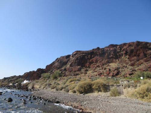 海岸沿いに歩いていくと、赤い岩が見えてくる。<br />