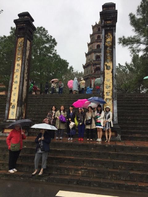 トゥドック帝陵の次に向かったのは、1601年に建てられた禅寺ティエンムー寺の見学です。
