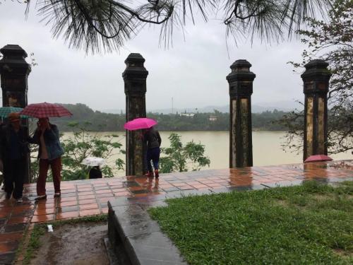 昨日から続く雨模様に加えて、東南アジアとは思えない低温で<br />肌寒いのが難点ですが、スコールのような爆弾のような雨脚ではなく<br />しっとりと小雨模様・・・・フエの雰囲気にぴったりですね。<br /><br />さて、古都めぐりはいったん終わって昼食会場に向かいます。