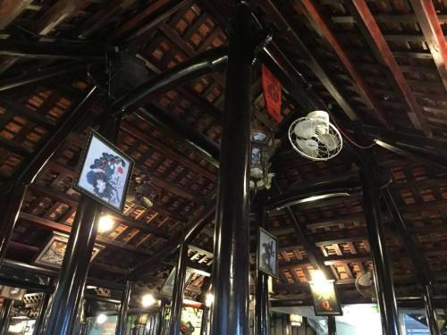 昨日の宮廷料理のレストランもそうでしたが、こちらも天井が高いです。