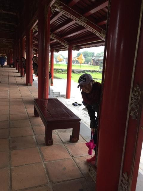 広い回廊です。フエの王宮は何度か訪れていますが、来る度再建が進んでいます。