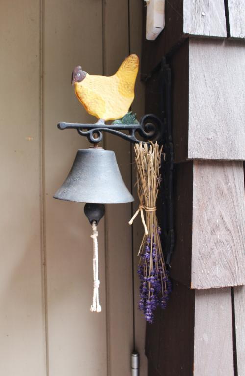 ラベンダーが添えられた呼び鈴も素敵。<br /><br />呼び鈴を鳴らすと、すぐにオーナーのマダムが出迎えてくださいました。