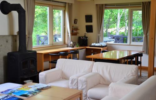 マダムがウェルカムドリングをサーブしてくださいました。<br /><br />ちなみに、奥の窓辺のカウンターにはエスプレッソマシーンや茶葉類があり、滞在中は自由に利用できるようになっています。