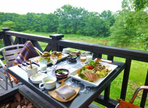 緑に囲まれた中で朝食をいただけるなんて最高です。<br /><br />とても豪華な朝食♪ 見ただけでうれしくなる。<br />食材は十勝産または北海道産、自家菜園からのものを使っているとのことです。
