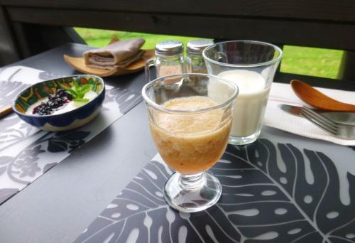 ルバーブとイチゴのスムージー、フレッシュミルク<br /><br />作りたての甘酸っぱいスムージー、とってもおいしい♪