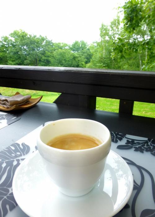 食後に、リビングのカウンターにあるエスプレッソマシーンでコーヒーを淹れました。<br />ゆったりとした贅沢な時間(いつもなら、このあとあと片づけが待っているけど、それもしなくていいんだもの)。<br /><br />このあと、お隣りの十勝牧場(といっても、車で15分くらい)に立ち寄って、それから然別湖でカヌーツアーに参加しました。<br />そのときの様子は次の旅行記「花と自然と畑の恵みを楽しむ旅(4)」でまとめます。