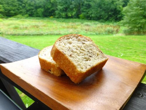 シード入りの自家製パン(なんのシードだったか忘れてしまった……)。<br /><br />焼き立てでふわっふわ♪