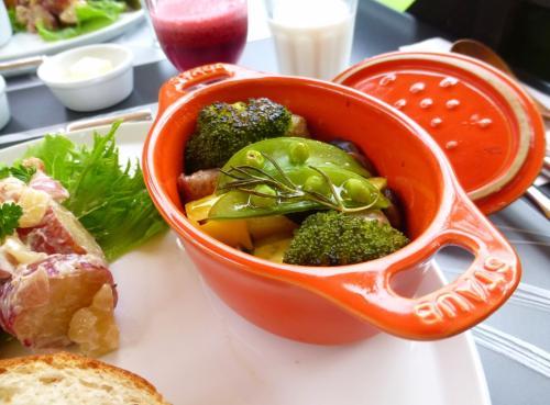 小さなキャセロールでサーブされたのは、自家菜園のローズマリーで香りをつけた野菜蒸し。<br />味付にはあら塩とオリーブオイルが使われています。<br /><br />ソーセージに、野菜がたっぷり。めちゃウマ~♪