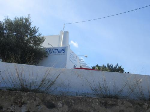 目指すのはよく見るあの青い屋根の教会。<br /><br />まずメイン通りを北上してフィロステファニの少し手前で左に進むと、お土産屋さんがあって