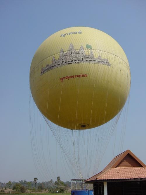 シルクエアーにてアンコールワットに近いシェムリアップへ。<br /><br />気球に乗って空からアンコールワットを眺めます。上下するだけの気球です。<br />