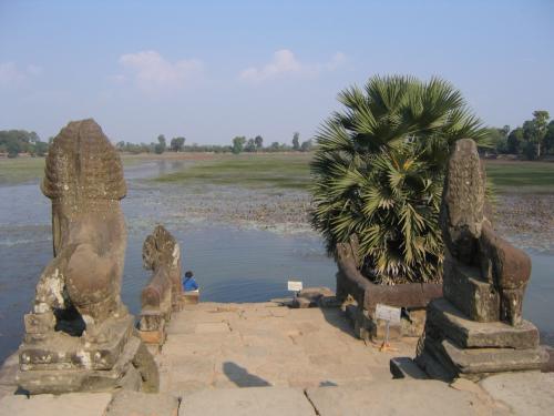 カンボジア1日目は、アンコール周辺遺跡群観光です。<br /><br />人造湖スラスラン。王や高僧が沐浴した聖地と言われ、今では朝日や夕日を見るスポットとしても人気だそうです。<br />